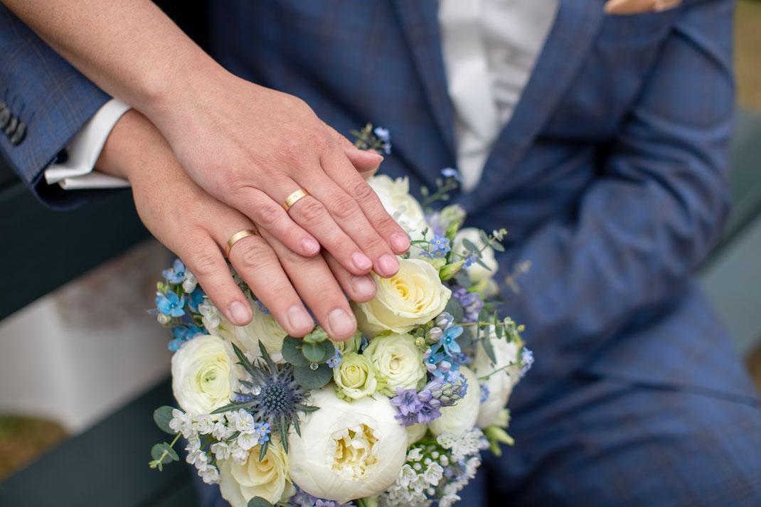 Ringfotos mit Blumenstrauß ist ein MUSS beim Brautpaarshootings