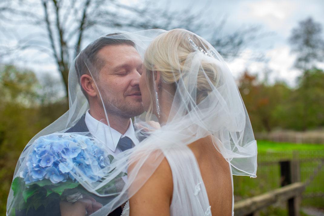 Das Brautpaar unter dem Schleier