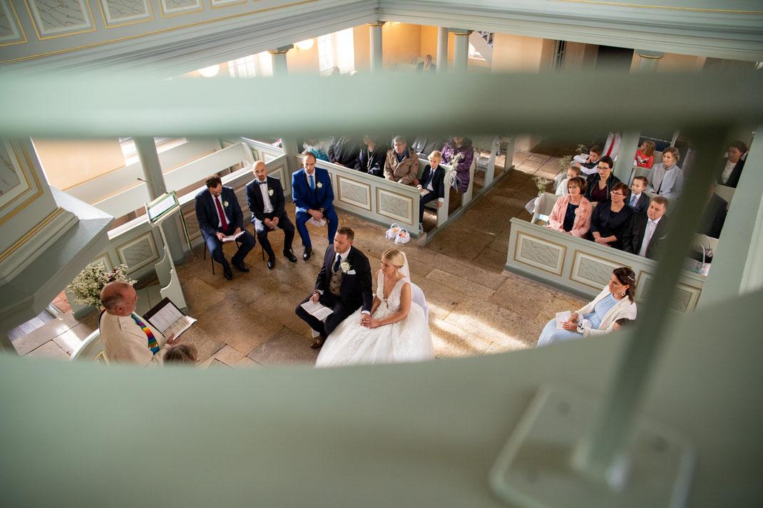 Fotografiert von oben das Brautpaar in der Kirche