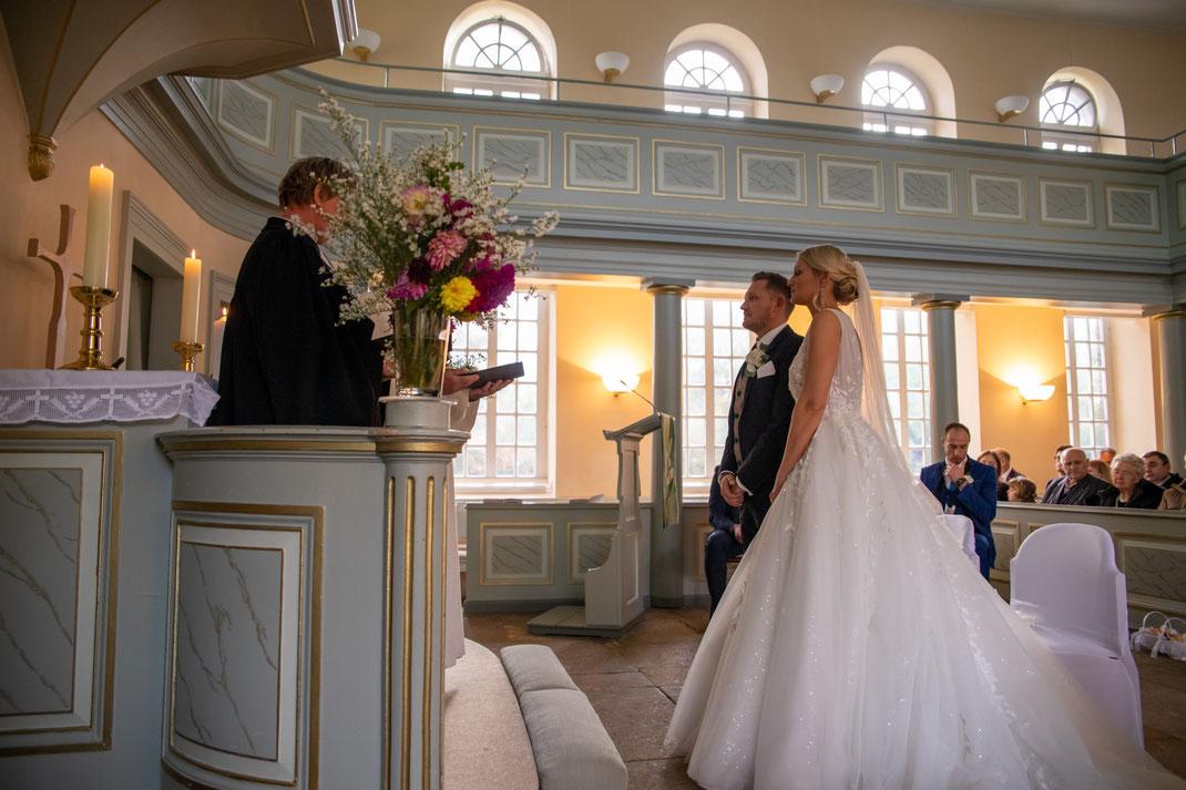 Das Brautpaar wird getraut