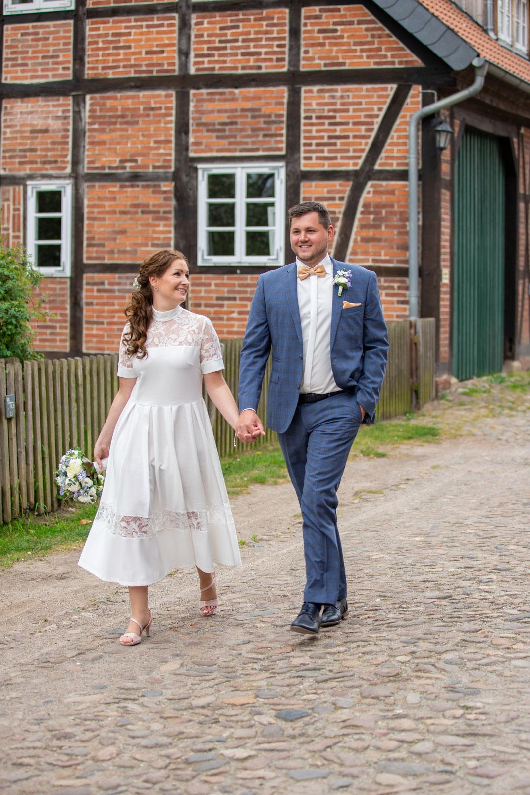 Das Brautpaar beim spazieren