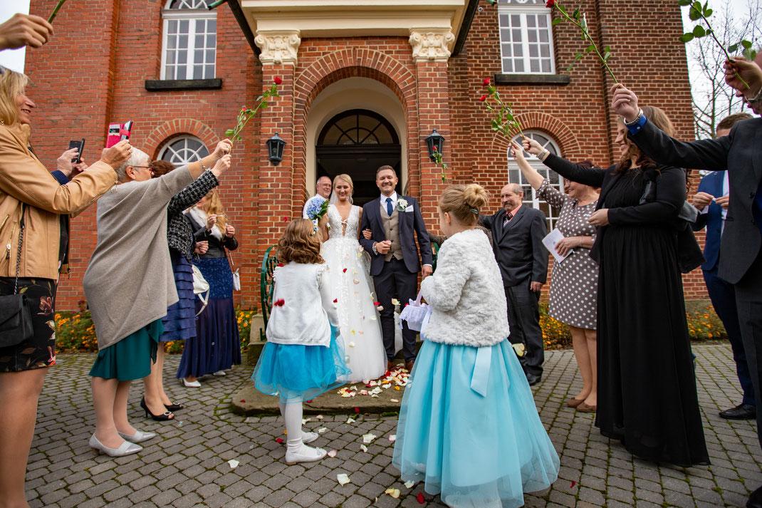 Hochzeitsbrauch das Brautpaar wird aus der Kirche erwartet
