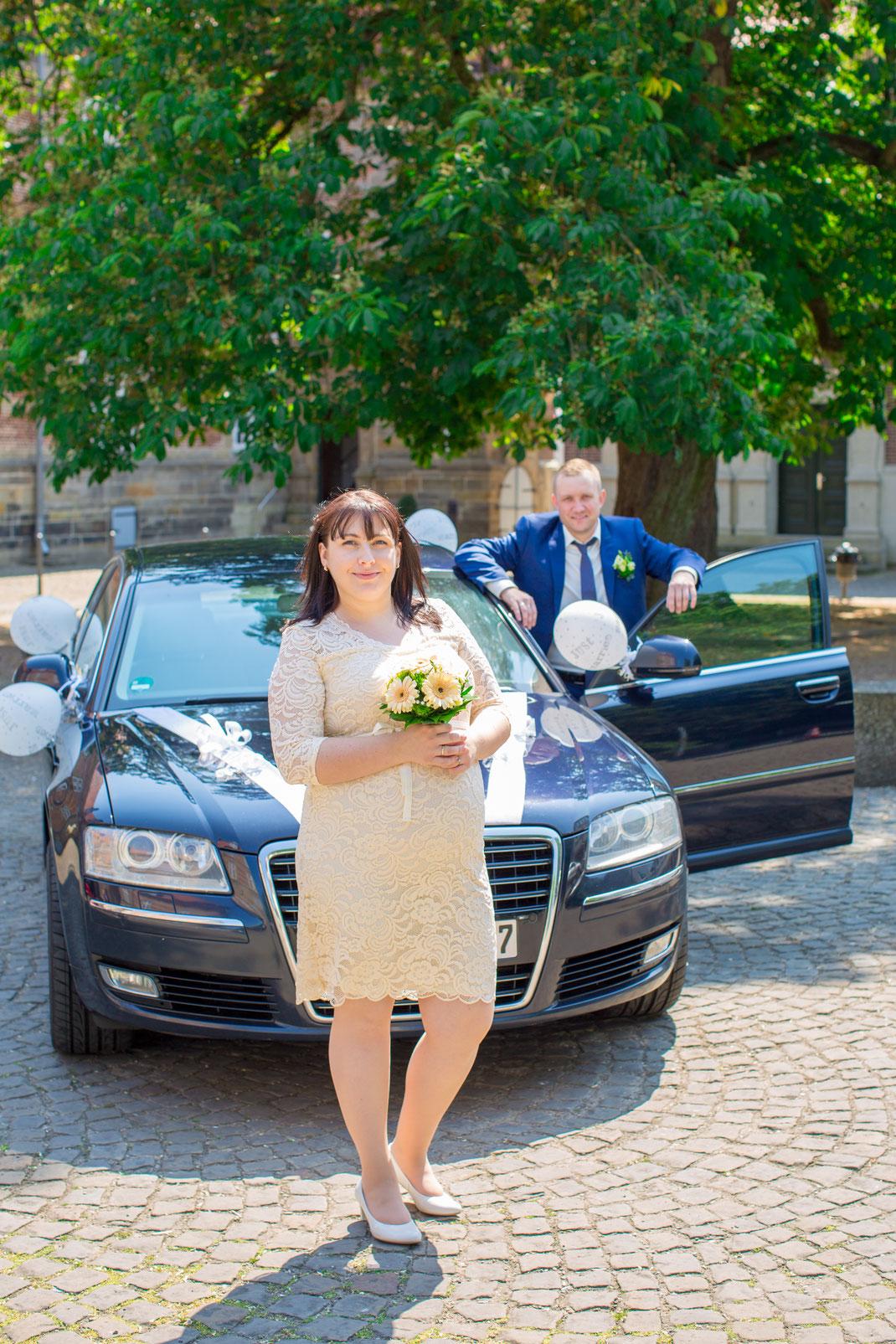 Nach dem Standesamt angekommen zum Brautpaar Shooting in Neustadt am Ruebenberge Schloß