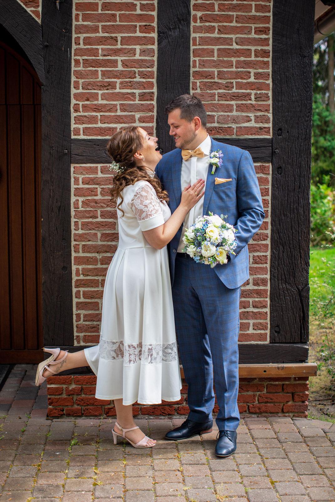 locker und gelassen lässt sich das Brautpaar von mir fotografieren