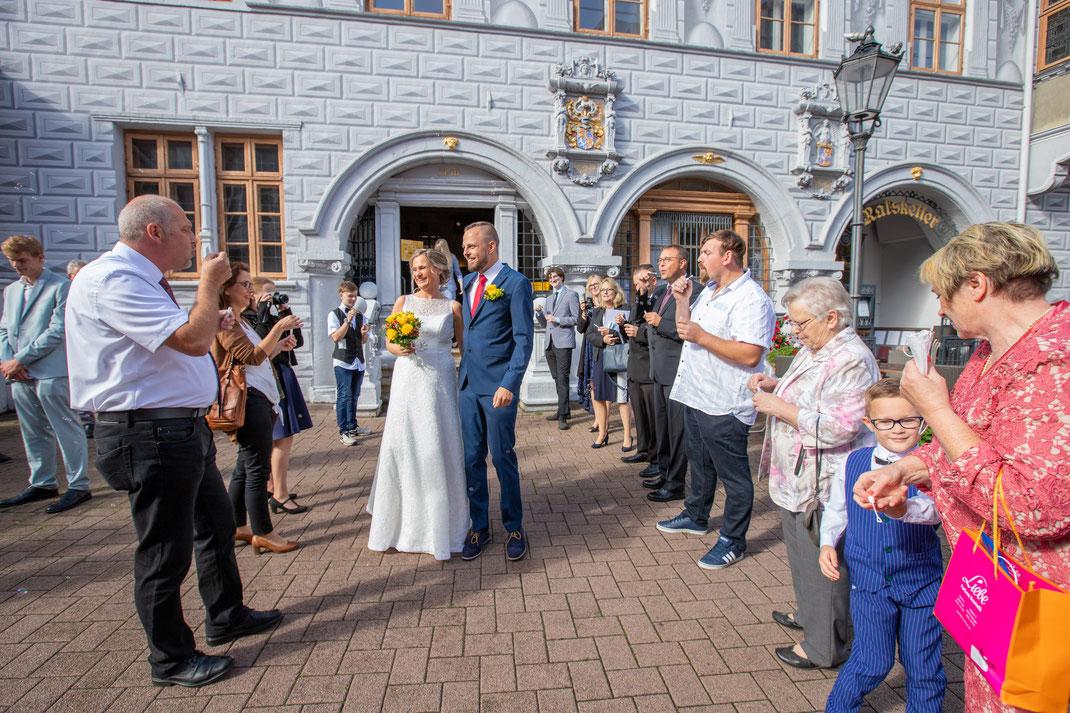 Vor der Tür warten die Gäste und Familie der Brautpaar