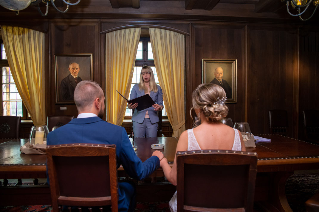 Hochzeitsfotografie: Blick auf die Standesbeamtin