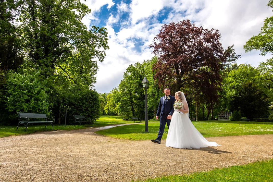 Das Brautpaarshootings wärend des Spaziergangs