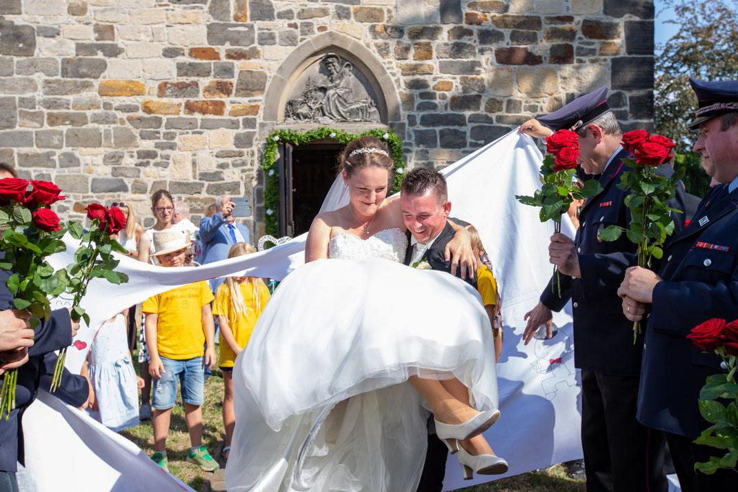 Die Braut hindurch tragen durch das ausgeschnittene Herz
