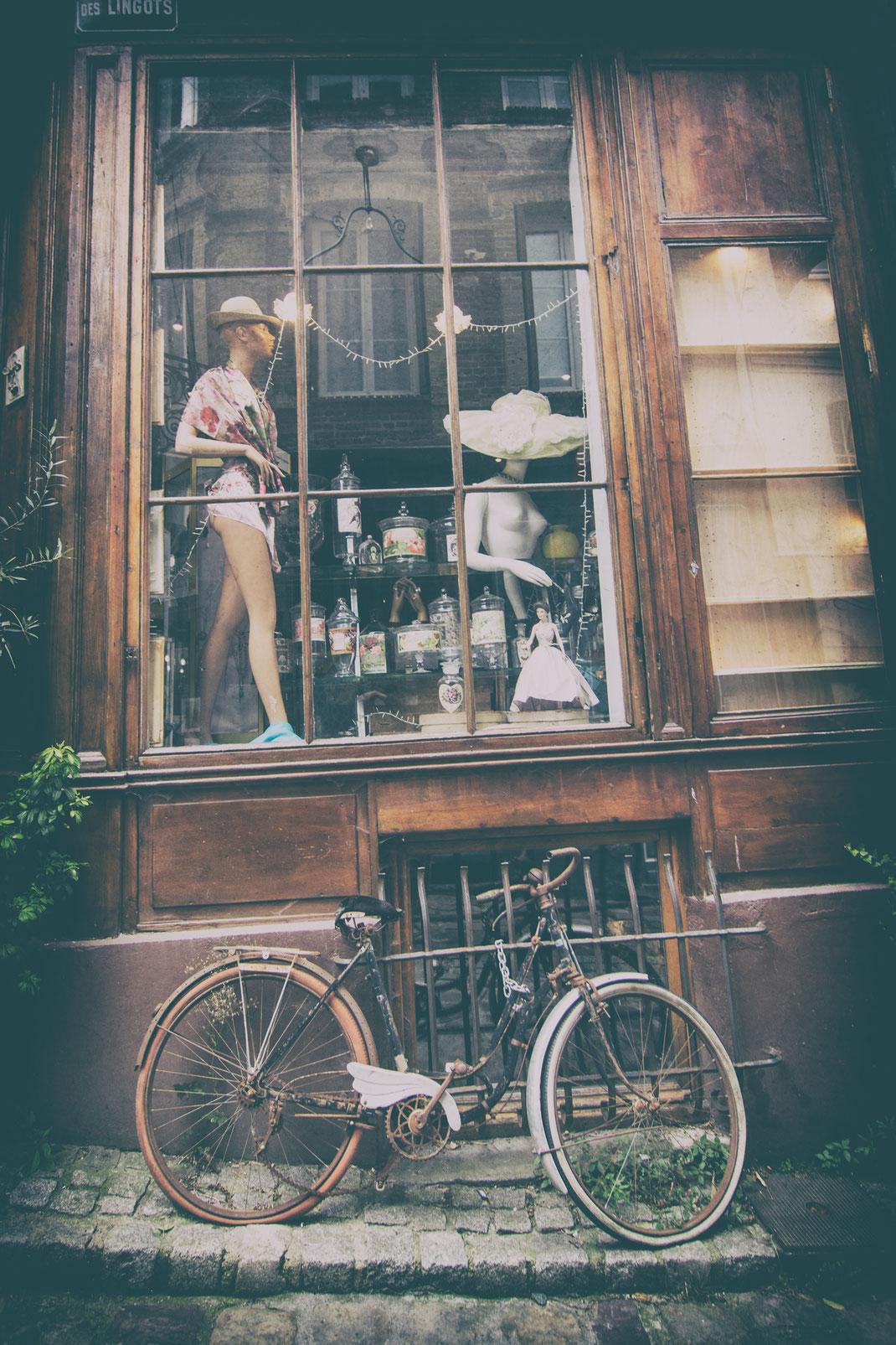 Ein Fahrrad lehnt vor einem Schaufenster eines Cafés in Honfleur im Calvados in der Normandie, Frankreich.