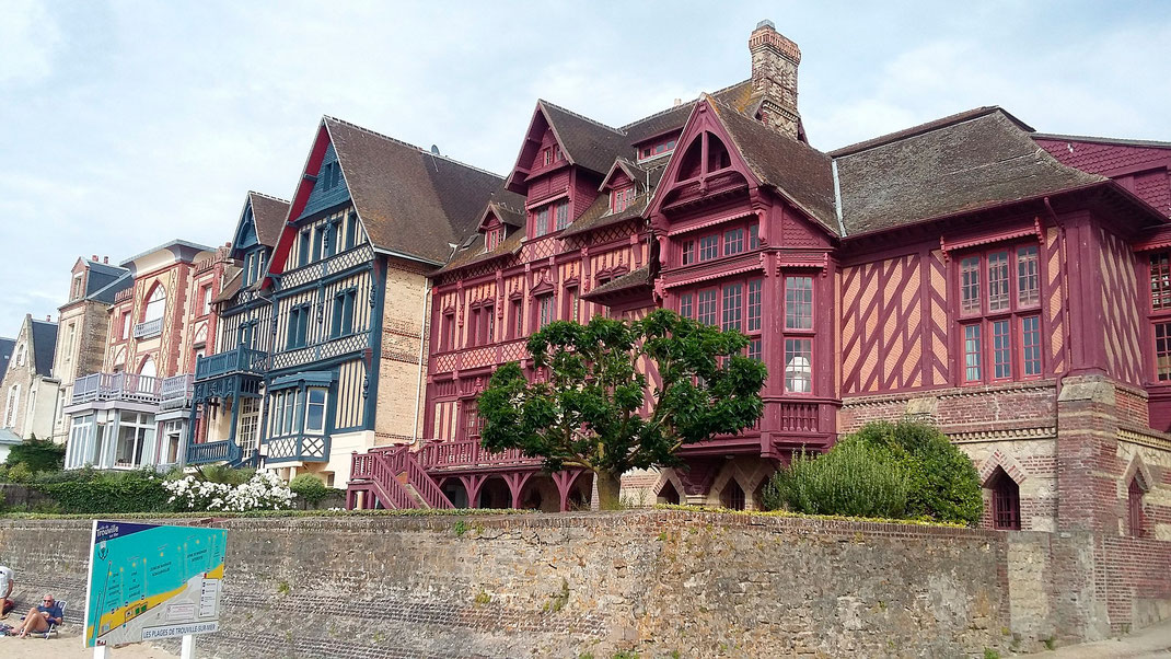 Häuserfassade in Trouville-sur-Mer in der Basse-Normandie.