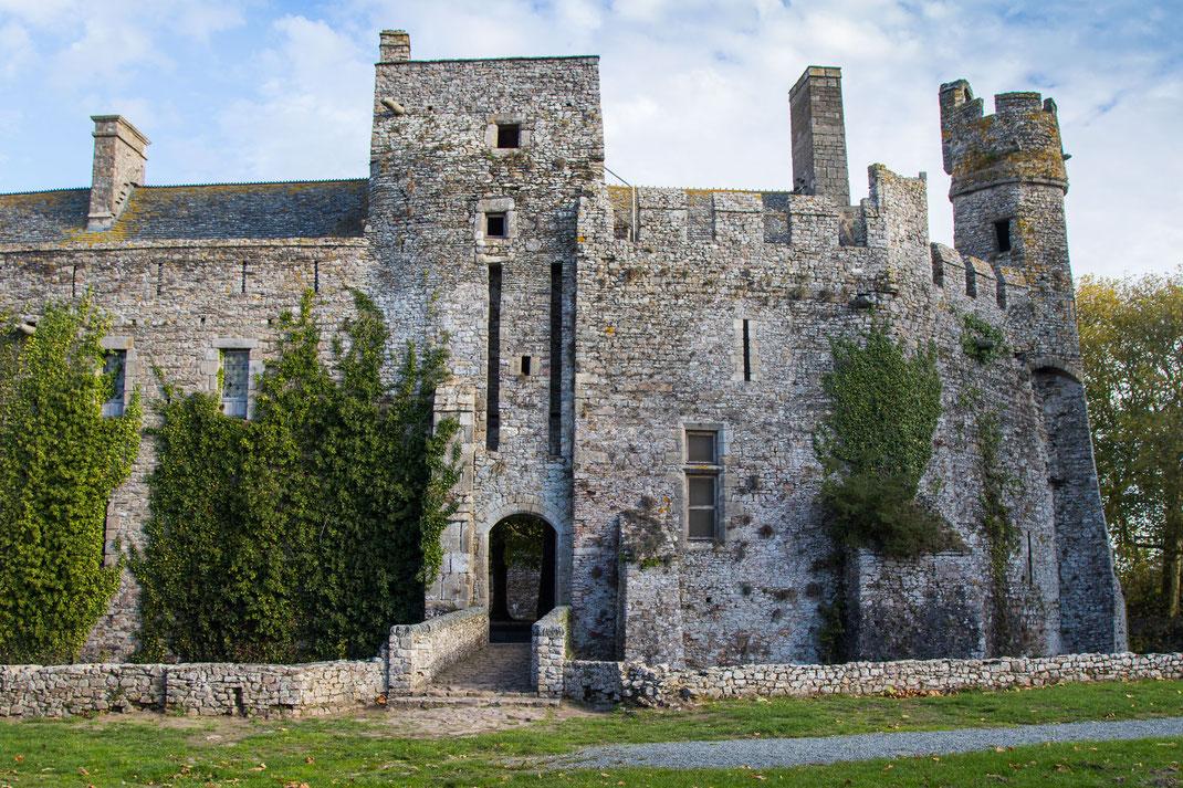 Eingang zum Schloss Pirou in der Normandie.