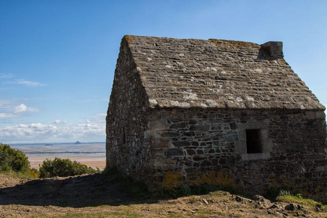Die Canane Vaubane erhebt sich über den Klippen der Bucht des Mont-Saint-Michel in der Normandie.