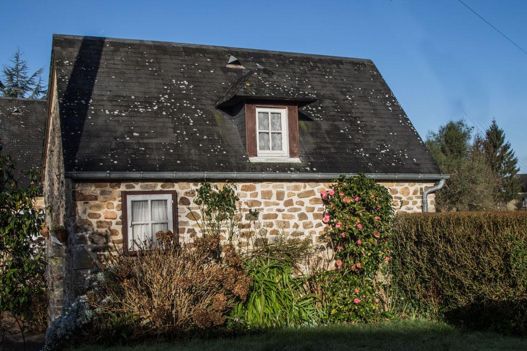 Ein hübsches normannisches Steinhaus auf dem Cotentin in der Normandie.