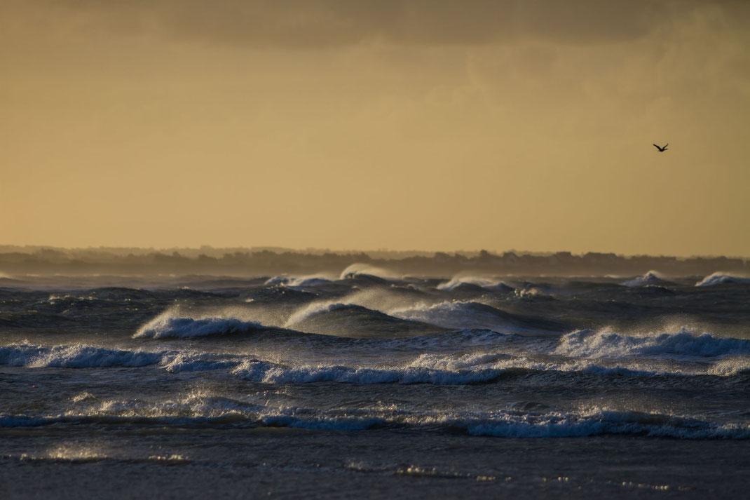 Wind und Wellen am Strand von Saint-Germain-sur-Ay in der Normandie