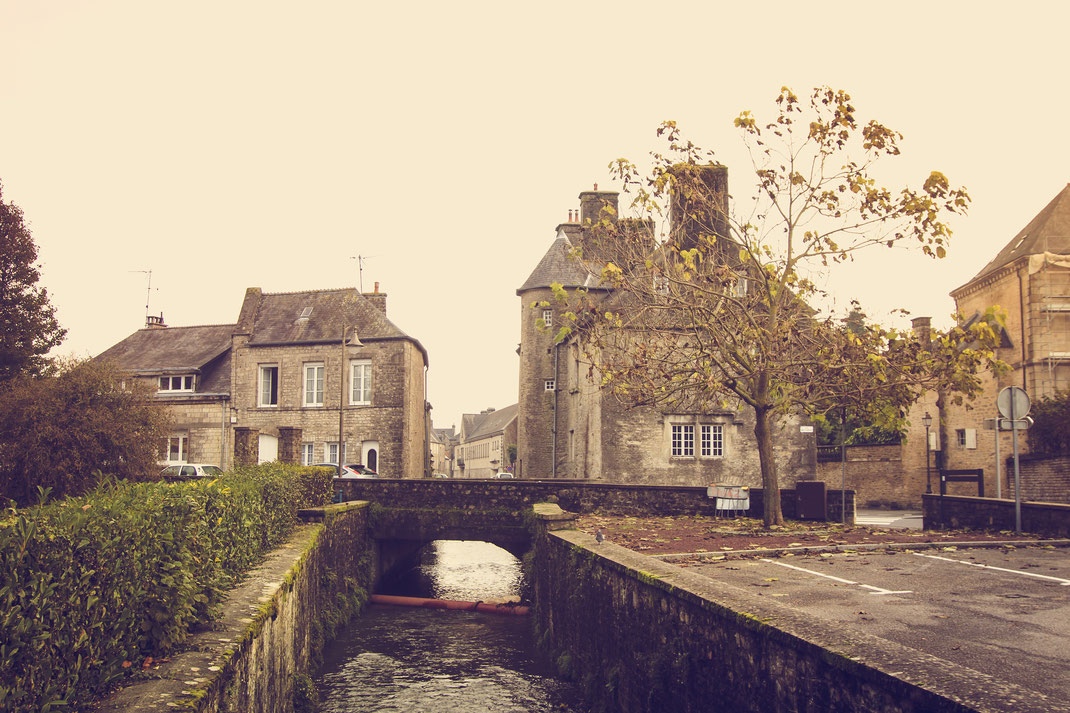 Graue Steinhäuser und der Fluss Merderet im Herzen der Stadt Valognes auf dem Cotentin.