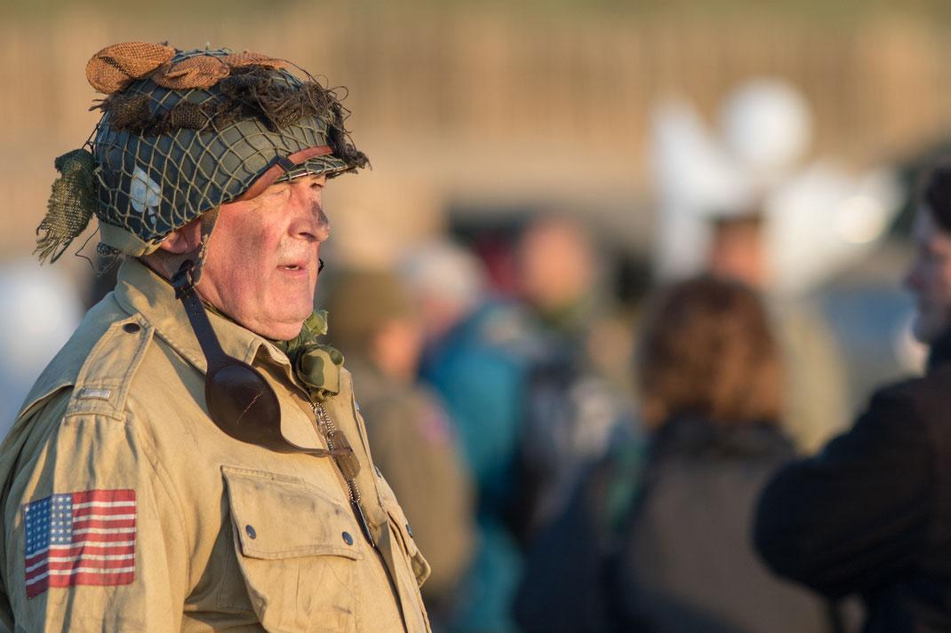Trauerfeier zum D-Day auf Utah Beach in der Normandie: Ein Mann in US-Uniform ist sichtlich bewegt.