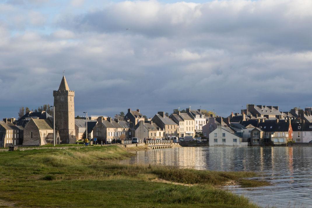 Die kleine Hafenstadt Portbail an der Westküste der Manche in der Normandie bei Springflut.