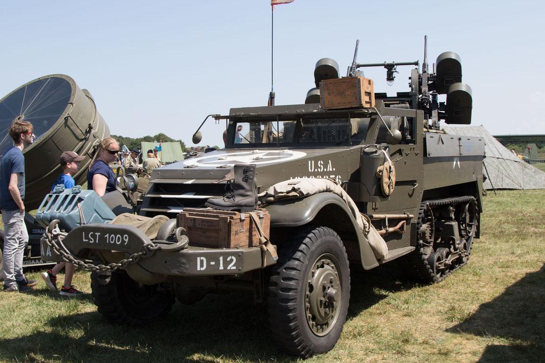 Ein Radpanzerfahrzeug der US-Army auf einem Militärcamp anlässlich der D-Day-Feierlichkeiten
