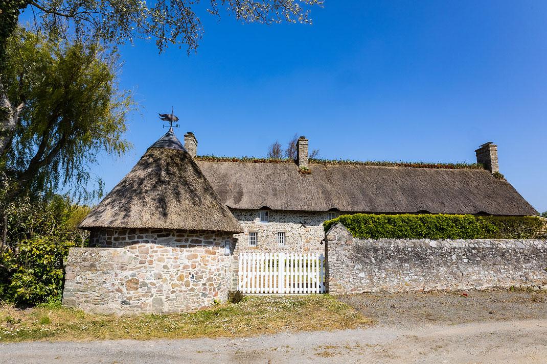 Steinhaus mit Strohdach in der Nähe von Pirou in der Normandie
