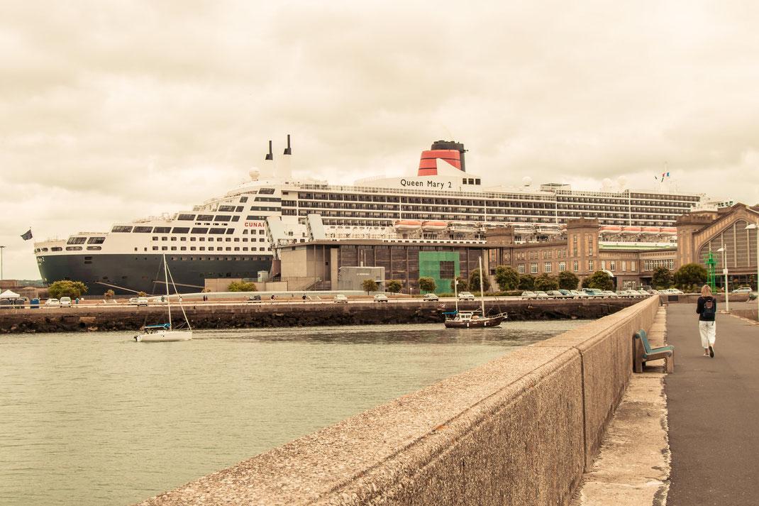 Queen Mary zu Gast im Hafen von Cherbourg