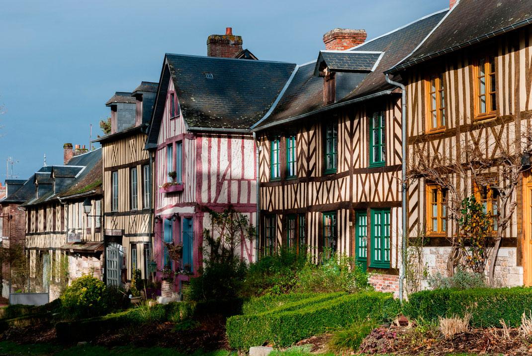 Eine Reihe Faschwerkhäuser in einem normannischen Dorf