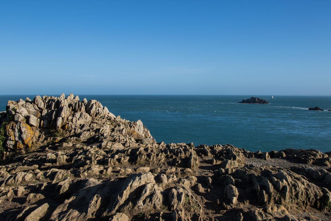 Felsen, Meer und Leuchtturm in der Bretagne
