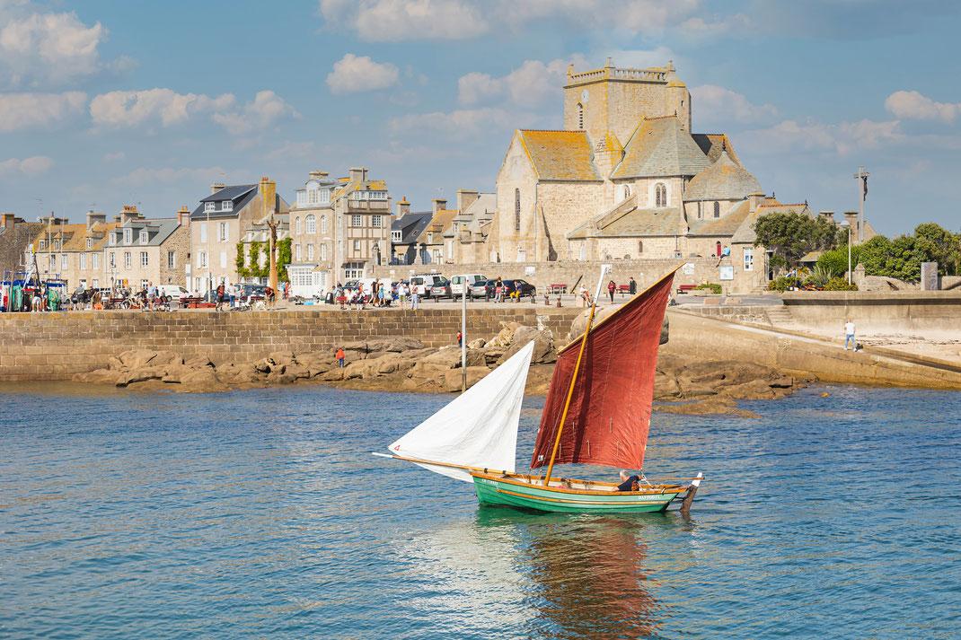 Ein altes Fischerboot in der Hafeneinfahrt von Barfleur auf dem Cotentin in der Normandie.