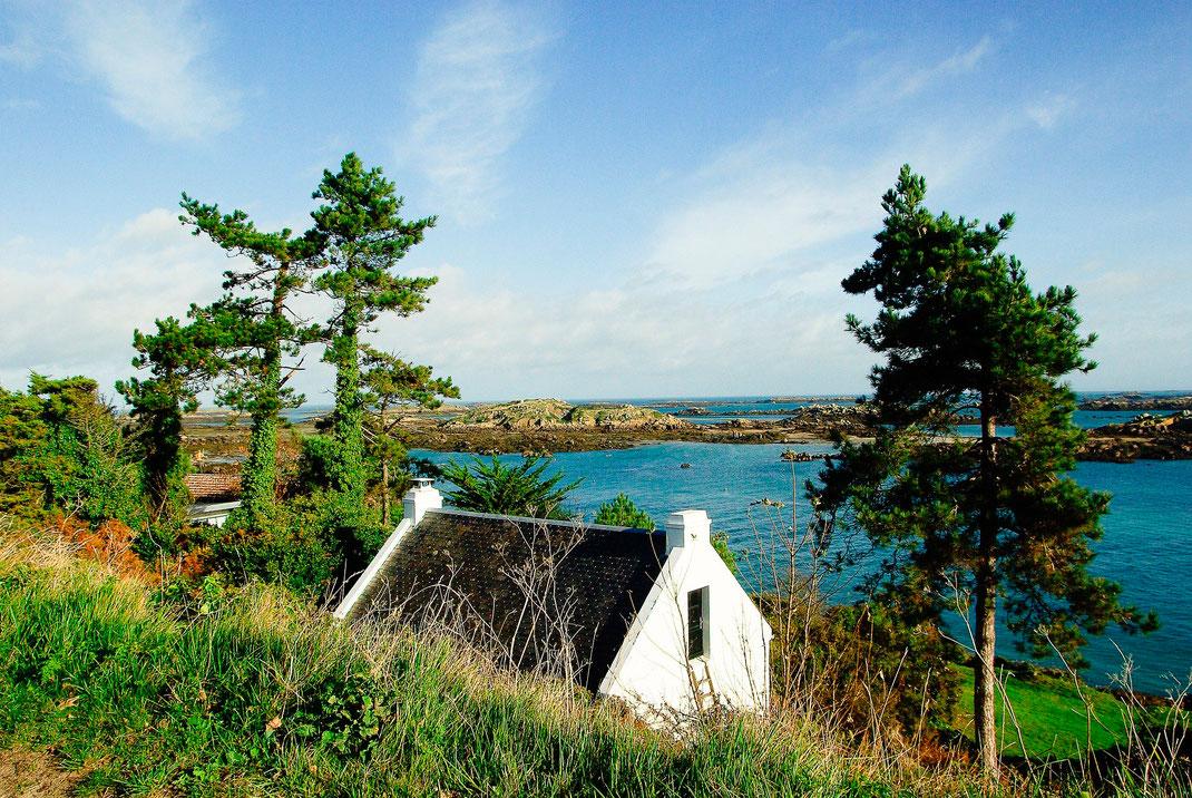 Ein kleines Steinhaus an einer Bucht auf dem Archipel Chausey.