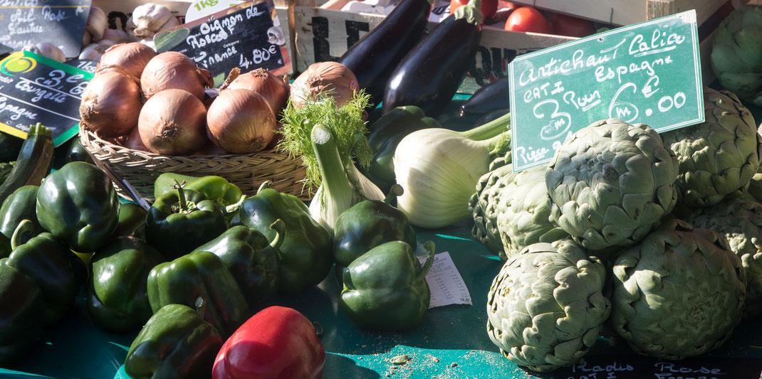 Artischoken, Paprika, Fenchel, Auberginen und Zwiebeln auf einem Masrkt in der Eure/Normandie