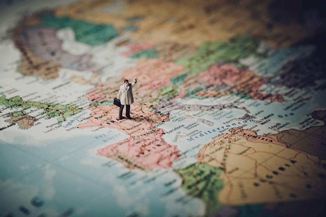 Ein Spielzeugmännchen steht auf einer französischen Landkarte.