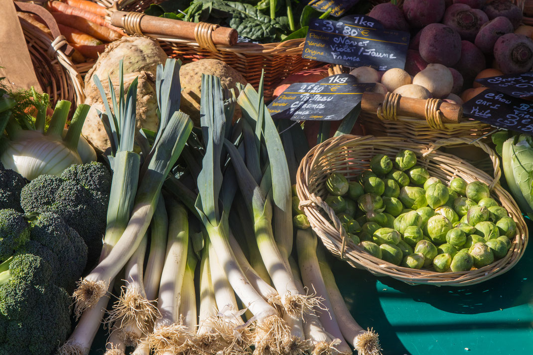 Kohl, Lauch, Sellerie und Rote Beete auf einem masrktstand in St. Lô in der Normandie.