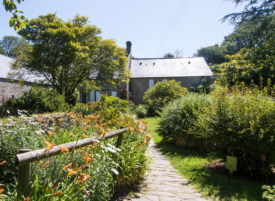 Der Dichter Jacques Prévert verlebte seine letzten Jahre in Omonville-La-Petite auf dem Cotentin in der Normandie.