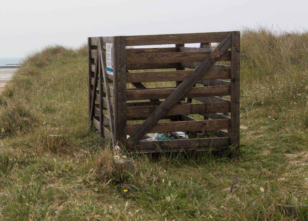 Eine Müllsammelbox in Denneville in der Normandie.