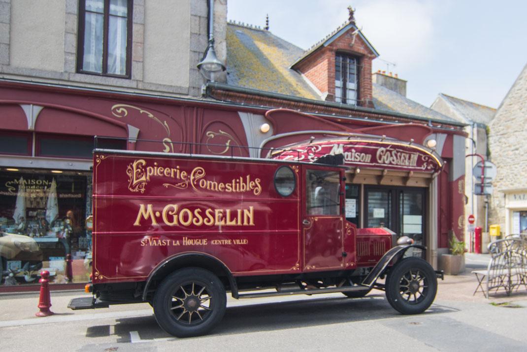 Ein roter Oldtimer-Lieferwagen steht vor der Maison Gosselin in Le Vaast La Hougue in der Normandie