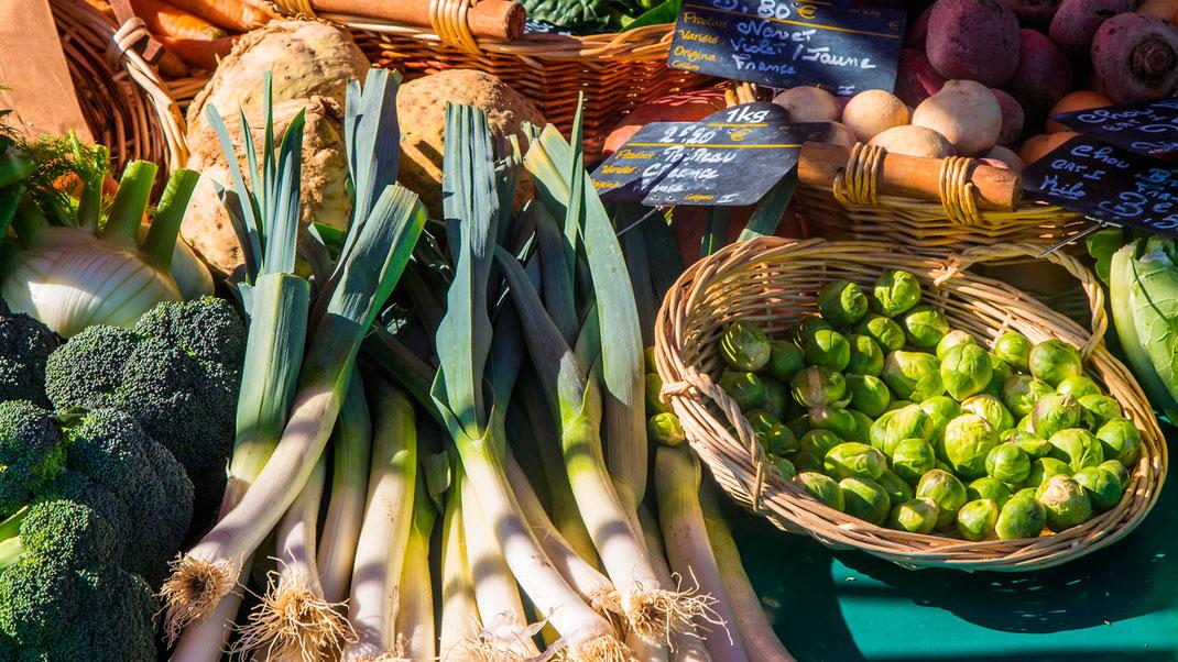 Brokkoli, Poreee, Sellerie, Rosenkohl auf einem Marktstand in Saint Lô in der Basse-Normandie.