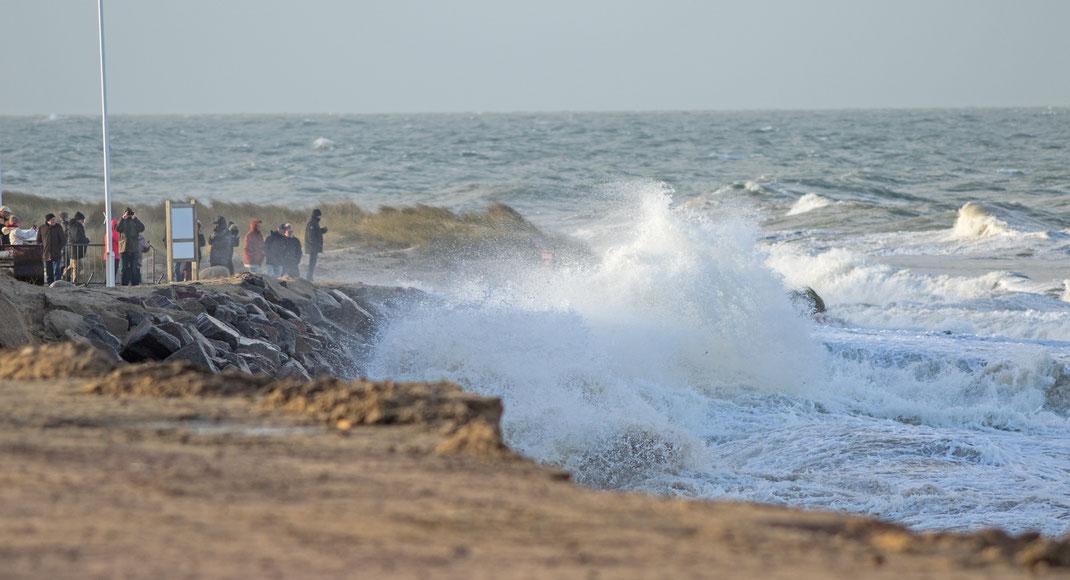 Schaulustige im Sturm Ciara in Gouville sur Mer in der Normandie. Nur zum Teil hielten die Befestigungslanlagen dem Sturmtief stand.