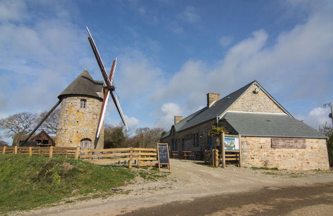 Eine traditionelle Windmühle auf der Cotentin-Halvinsel in der Normandie