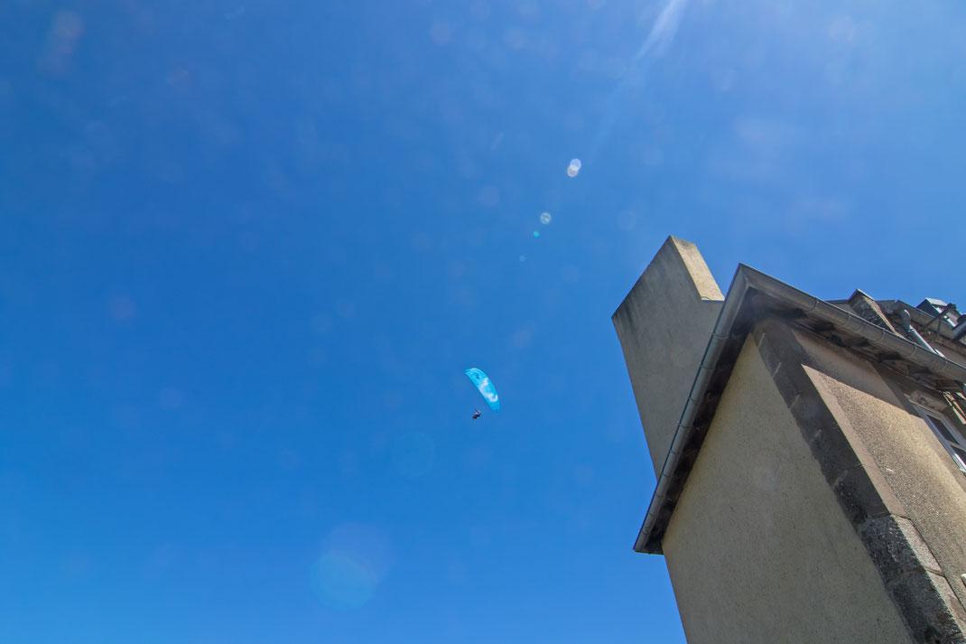 Ein Drachenflieger über der normannischen Stadt Granville.
