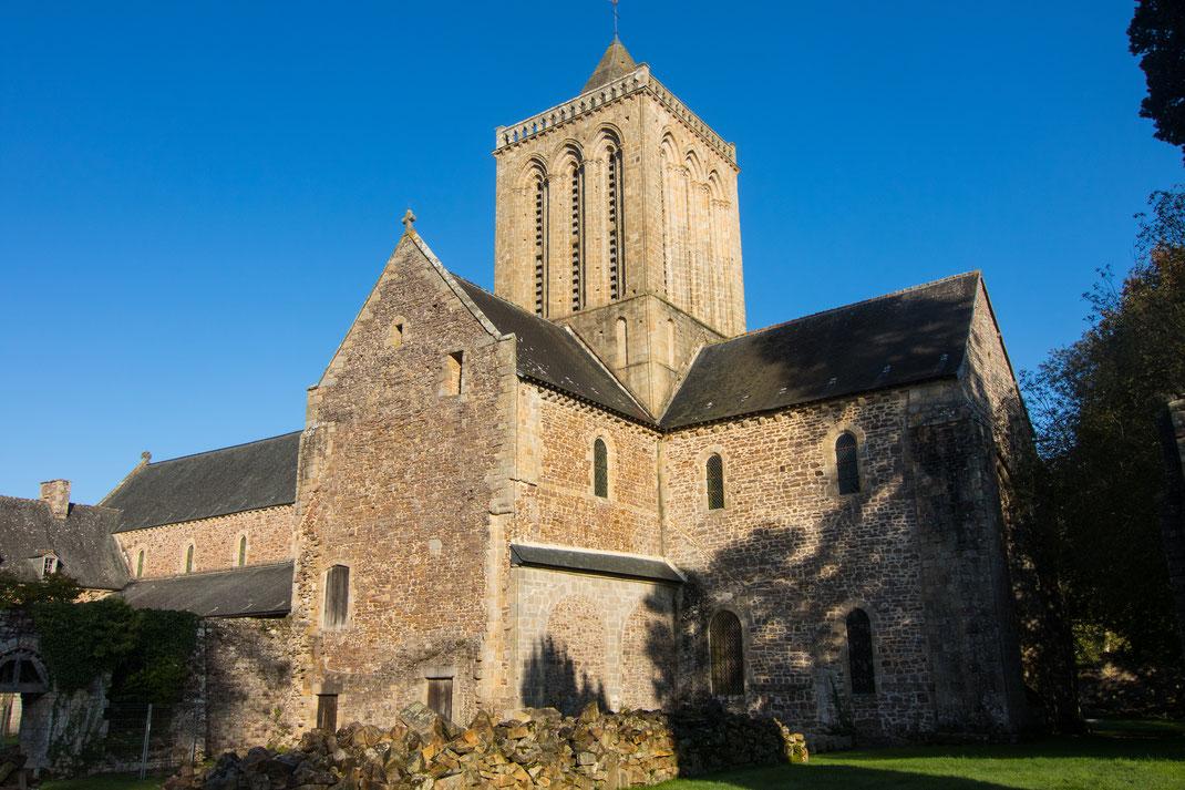 Die Sonne scheint auf die Klosterkirche der Abbaye de la Lucerne in der Manche, Normandie.