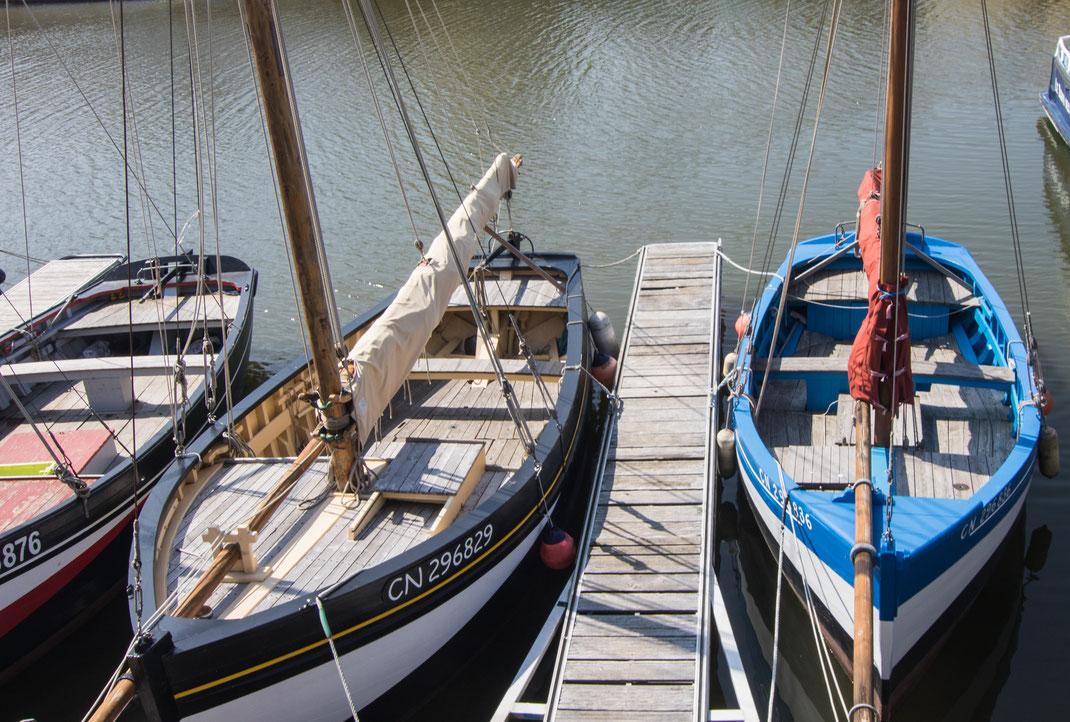 Zwei alte Fischerkäne liegen im Hafen von Port-en-Bessin in der Normandie.