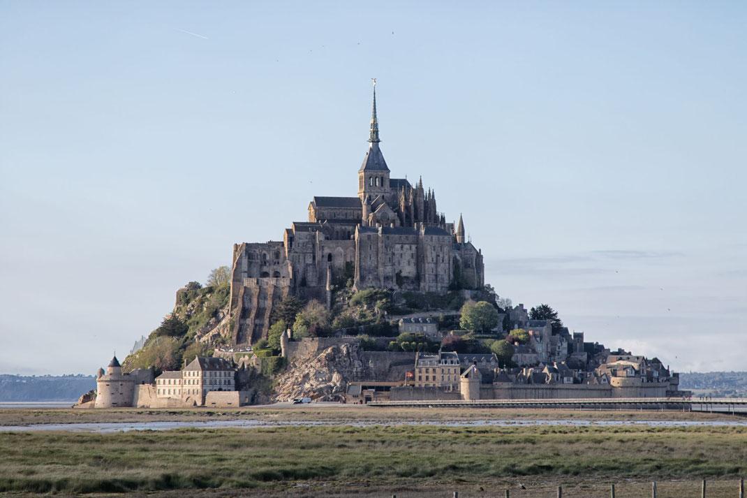 Der Mont-Saint-Michel in der Normandie erhebt sich aus der Bucht.