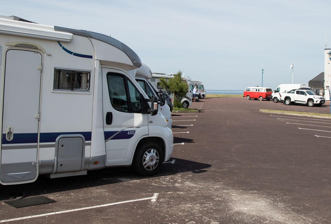 Viele Wohnmobile auf dem freien Stellplatz in Saint-Germain-sur-Ay in der Normandie.