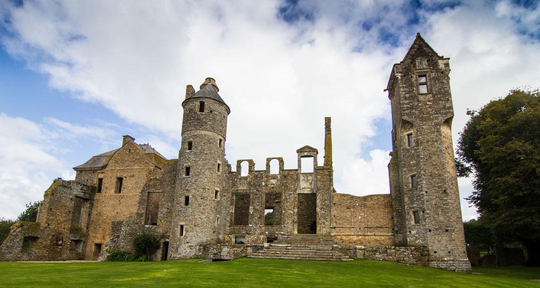 Halb Ruine, halb Märchenschloss ist das Schloss Gratot in der Basse-Normandie.