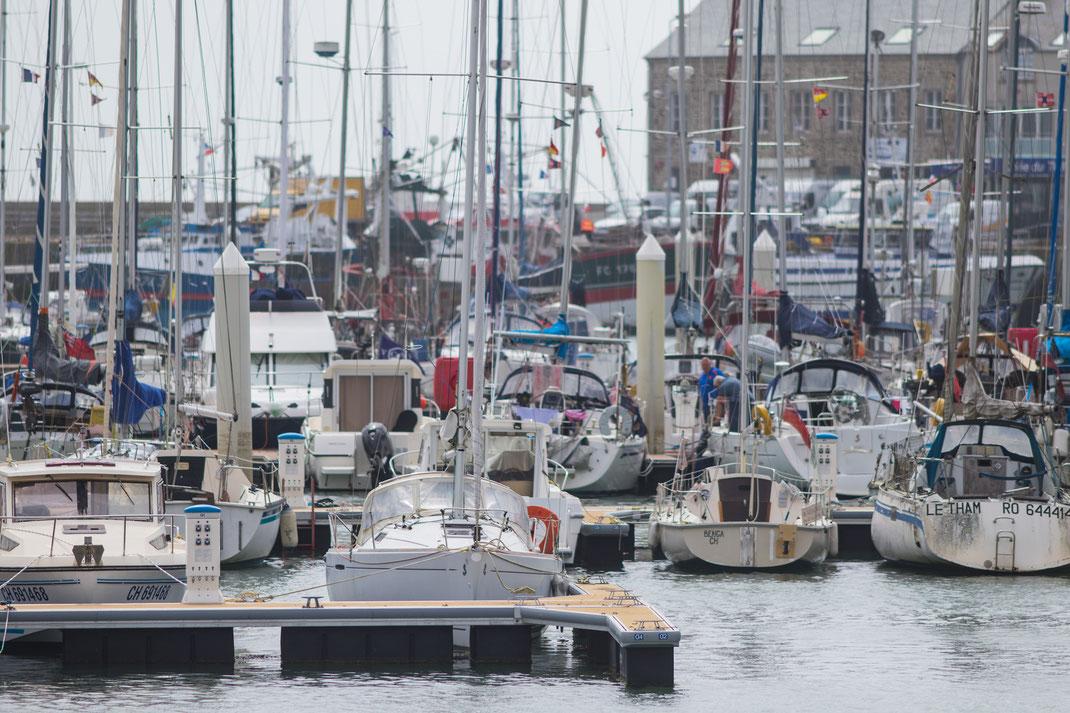 Die Segeljachten liegen im Hafen von Saint-Vaast-La-Hougue dicht an dicht.