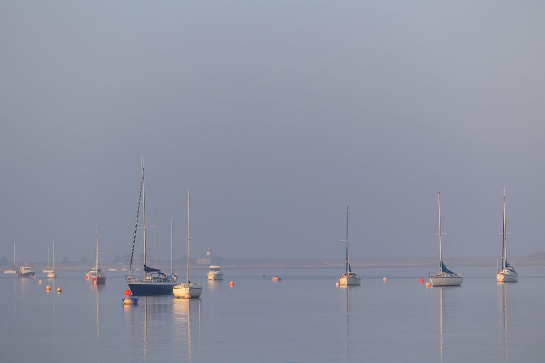 Schiffe liegen im Havre von Regnéville sur Mer in der Manche, Normandie