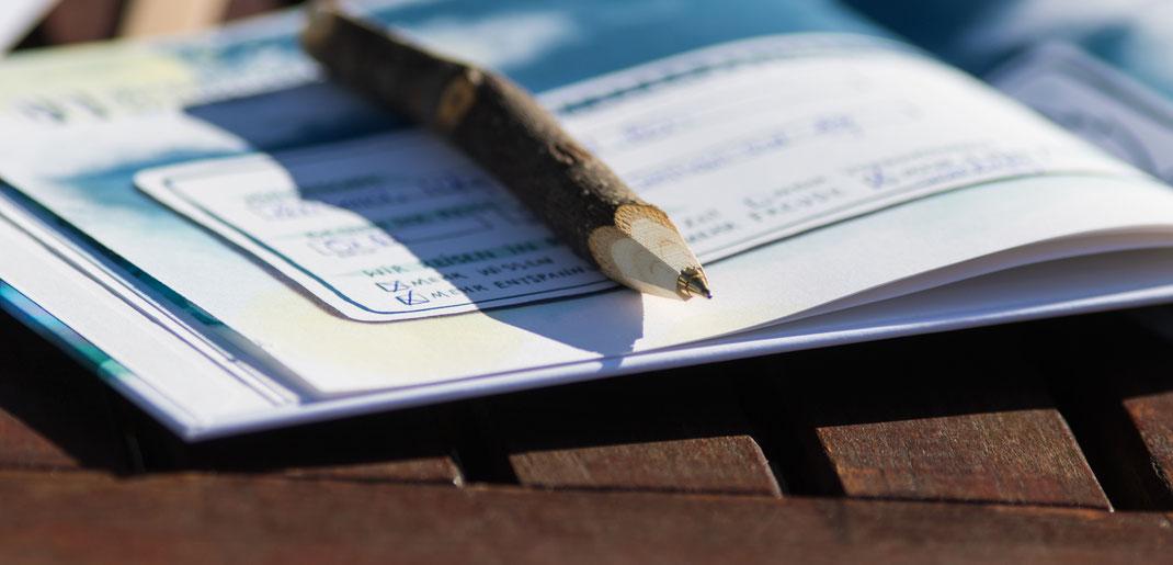 Ein Kugelschreiber liegt auf dem Adventskalender Schnauzberts Winterreise