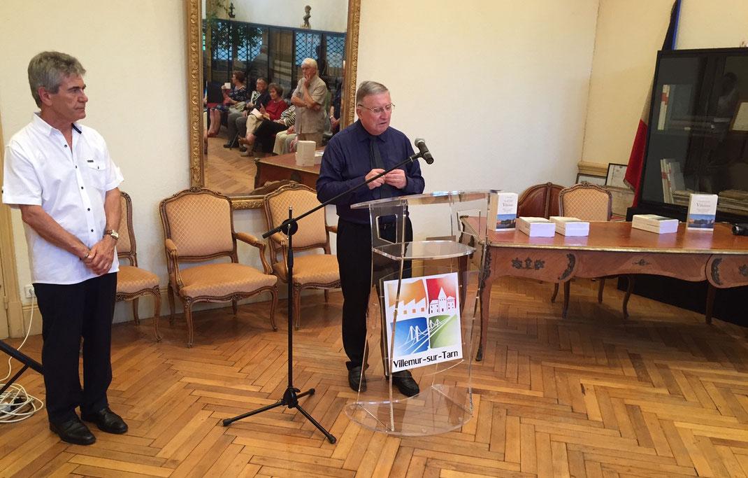 """À gauche Daniel Boisard, maire adjoint à la culture et à droite l'auteur Christian Teysseyre lors de la présentation officielle de la """"Nouvelle histoire de Villemur"""" à la mairie de Villemur-sur-Tarn vendredi soir 1er juillet 2016"""