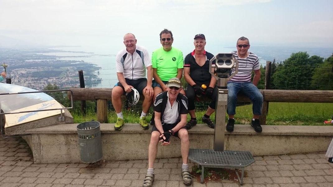 5 Radler am Pfänderhaus oberhalb von Bregenz