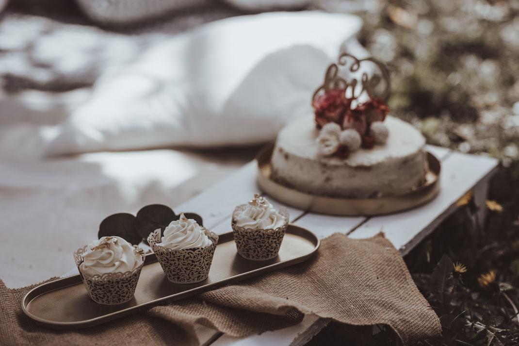 Der Stil der Hochzeitstorte harmoniert mit dem Brautpaar und der magischen Location in Kalchreuth