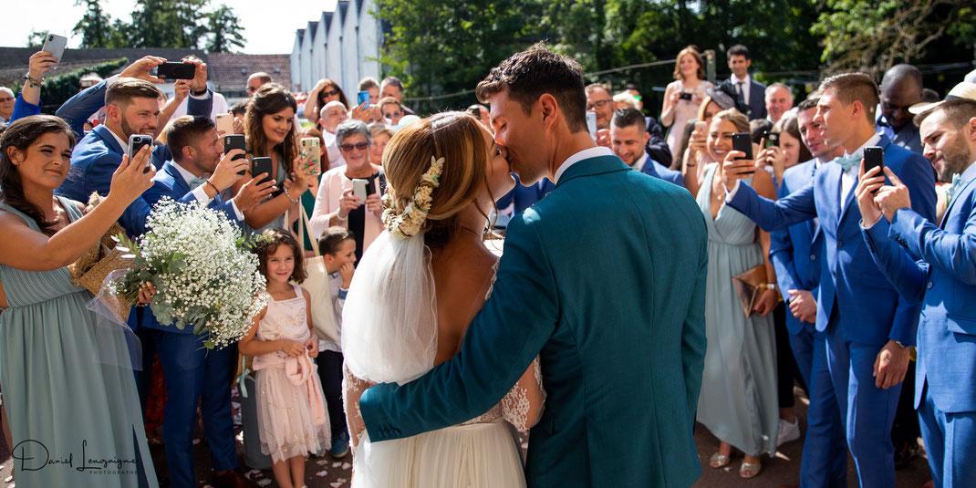 photo de sortie d'église pour les mariés ; mariage dans l'oise,